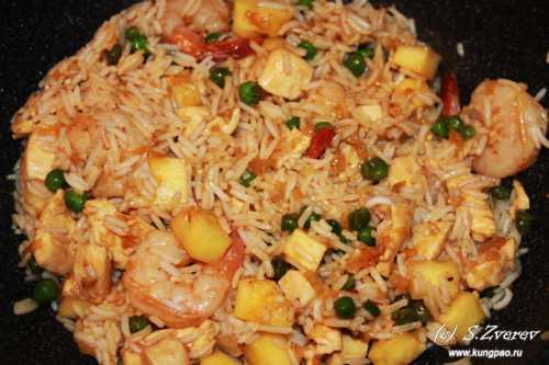 Необычный рис, приготовленный с овощами, яйцом и креветками Рецепт