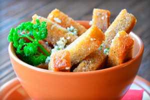 Как приготовить дома вкусные сухарики с чесноком