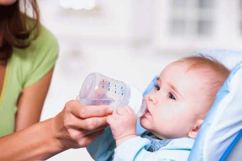 Нужно ли давать воду новорожденному ребёнку: все